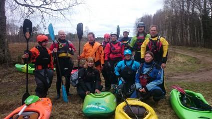 Några KKSS-paddlare och våra gäster från Finland reda att lägga i på Nåsturen.